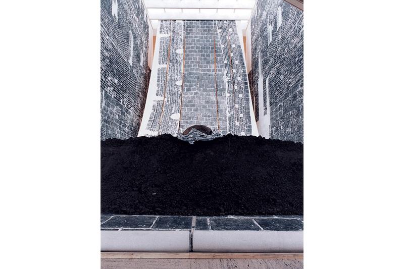 徐冰  | 鬼打牆 綜合媒材裝置,1990-1991,  美國威斯康辛大學麥迪遜分校艾維翰美術館展出 的圖說