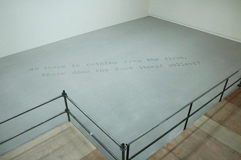 徐冰  | 何處惹塵埃? 911粉塵、文字、鷹架、影像紀錄, 2004,  北美館展出 的圖說