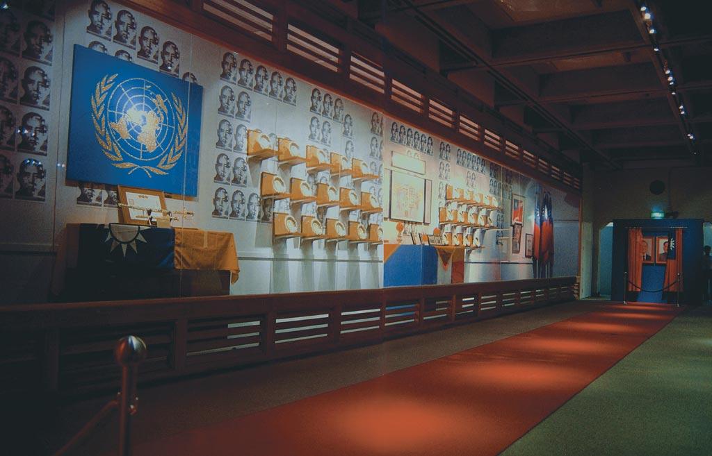 梅丁衍    哀敦砥悌 複合媒材裝置, 1996 依空間尺寸調整 臺北市立美術館典藏