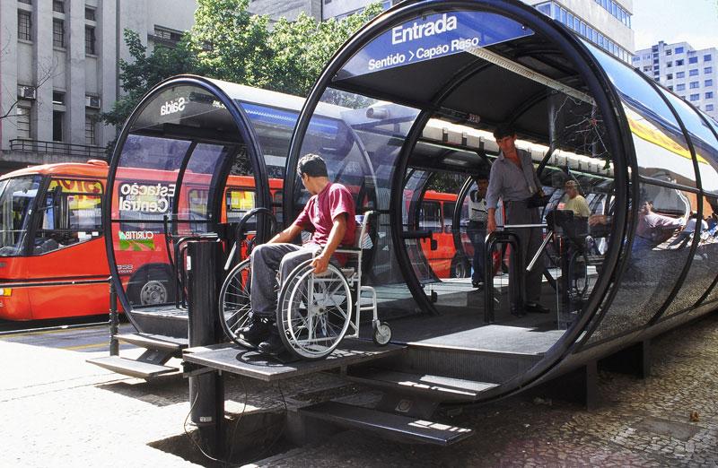 快捷公車運輸線的管狀車站應強化其「地上地鐵系統」的印象,提供快速、無障礙的搭乘體驗。    photo by Jaime Lerner 的圖說