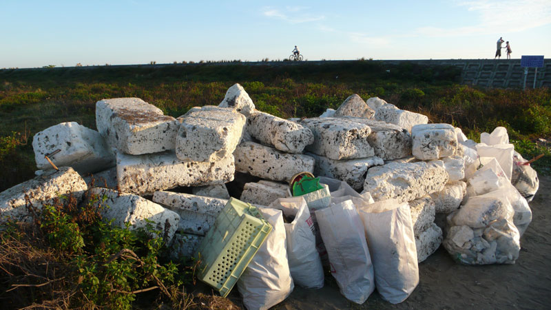 晁瑞光  | 海灘廢棄物長期監測行動紀錄 攝影紀錄, 2005-  藝術家自藏 的圖說