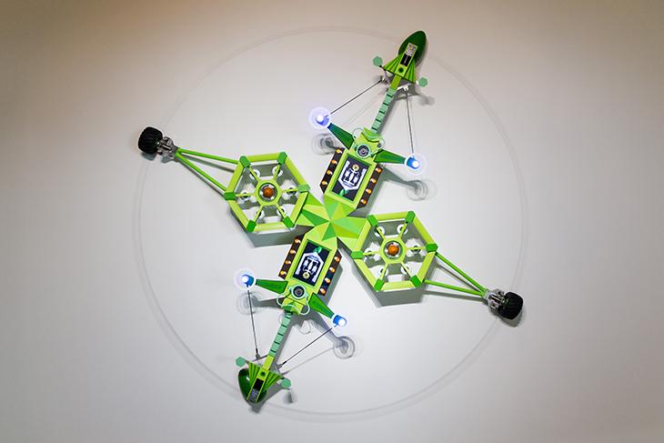 李子勳  | 《天王星飛行器二號》 綜合媒材:壓克力顏料、噴漆、木材、塑膠、金屬、燈、馬達、機械裝置、電子控制器、液晶螢幕, 2011   (此作品每逢整點運轉15分鐘) 的圖說