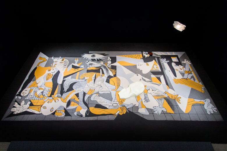 《如沙的格爾尼卡》 複合媒材互動裝置, 2006/2015   忠泰美術館籌備處收藏,北美館展出現場 的圖說
