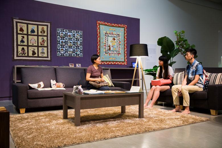 《客廳計畫》 複合媒材互動裝置, 2000/2015   北美館展出現場 的圖說