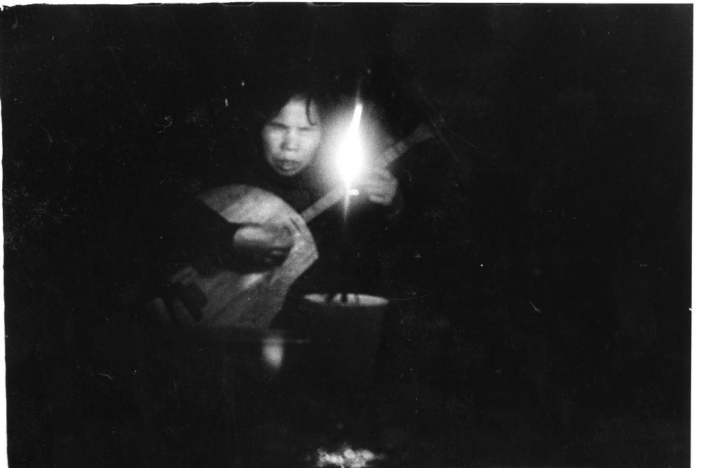 潘小俠  | 艋舺:賣唱的老婦 銀鹽相紙, 1986 50.8x61 cm  藝術家自藏 的圖說