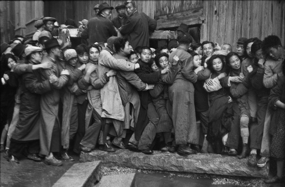 亨利.卡蒂埃.布列松  | 一日將盡,排隊的人們仍抱著希望能買到黃金 上海,1948年12月23日    © Fondation Henri Cartier-Bresson / Magnum Photos