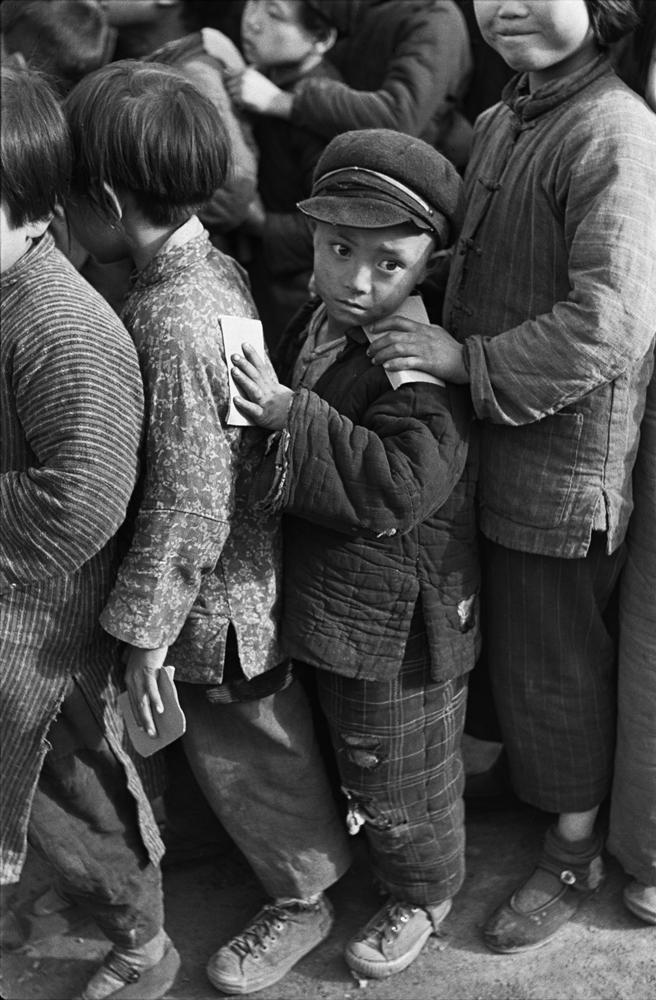 亨利.卡蒂埃.布列松  | 中國福利基金會。正在等待發放米的兒童 上海,1949年3月    © Fondation Henri Cartier-Bresson / Magnum Photos