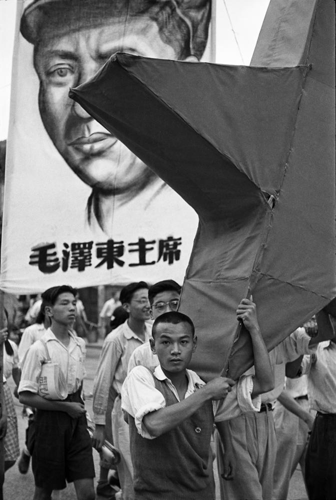 亨利.卡蒂埃.布列松  | 舉著毛澤東像及紅星的學生遊行隊伍 上海,1949年6月12日    © Fondation Henri Cartier-Bresson / Magnum Photos