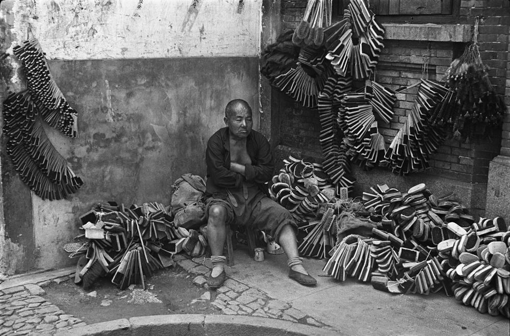 亨利.卡蒂埃.布列松  | 鬃(棕)刷小販  上海,1949年9月    © Fondation Henri Cartier-Bresson / Magnum Photos