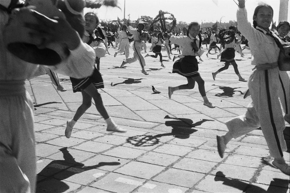 亨利.卡蒂埃.布列松  | 中華人民共和國建國九年的慶祝遊行 北京,1958年10月1日    © Fondation Henri Cartier-Bresson / Magnum Photos
