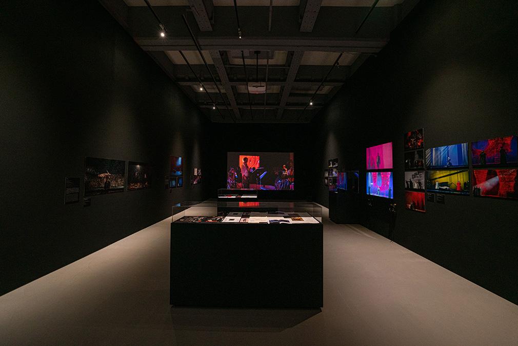 「塩田千春:顫動的靈魂」展出現場(劇場設計展區  2021   圖像由臺北市立美術館提供, 攝影:林冠名