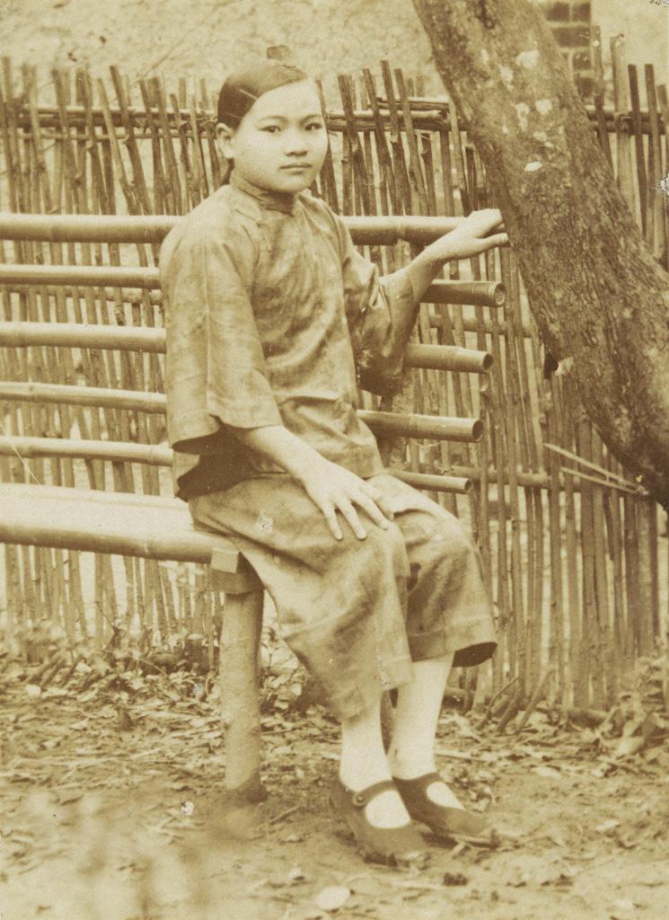 林壽鎰    鄉下姑娘 英國製玻璃底片、印像紙, 1929 5.1×3.7公分 臺北市立美術館典藏